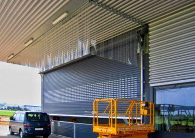 Vrata rolovací Hörmann na fasádě s prosklením 11,4 m šířka