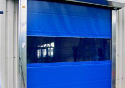 Vrata rychloběžná vertikální Hörmann na fasádě s krytem