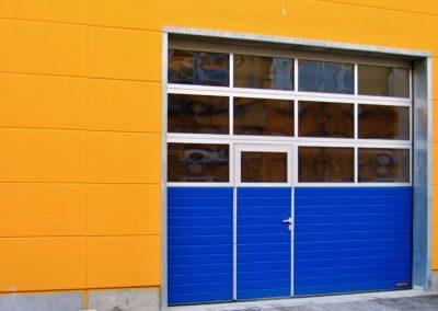 Vrata sekční průmyslová s prosklením a dveřmi