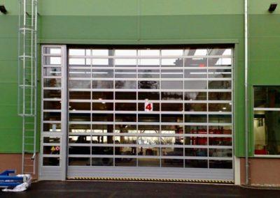 Vrata sekční průmyslová s prosklením s průjezdem 7x7 m a dřevěný díl