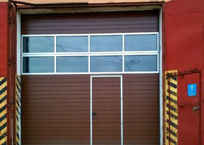 Vrata sekční průmyslová s prosklením a dveřmi 02