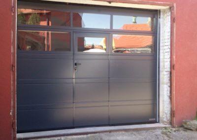 sekční garážová vrata antracit s prosklením a integrovanými dveřmi