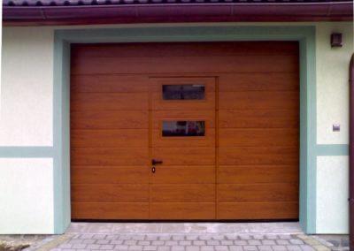 sekční garážová vrata s prosklenými integrovanými dveřmi