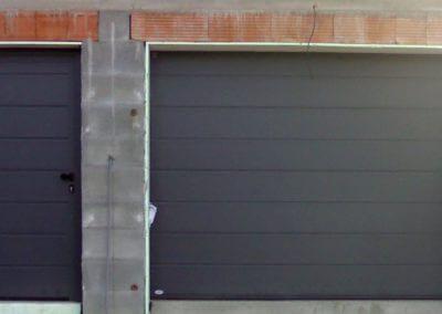 vrata sekční garážová antracit s vchodovými dveřmi
