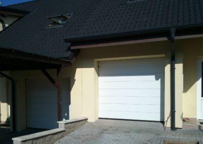 vrata sekční garážová bílá k rodinému domku