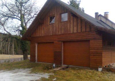 vrata sekční garážová hnědá k chatovému domu