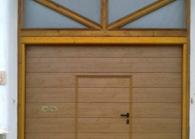 vrata sekční garážová hnědá s integrovanými dveřmi 2