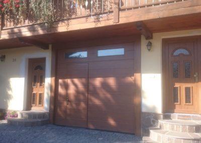 vrata sekční garážová hnědá s okny a integrovanými dveřmi