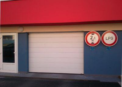 vrata sekční garážová bílá pro vjezd do podzemních garáží