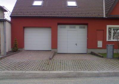 vrata sekční garážová bílá s okny a integrovanými dveřmi