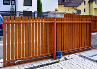 brána posuvná na kolejnici ocelová s dřevěnou výplní 02