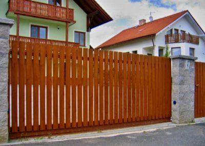 brána posuvná na kolejnici ocelová s dřevěnou výplní