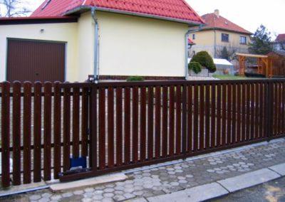 brána posuvná na kolejnici ocelová s dřevěnou výplní ve svahu