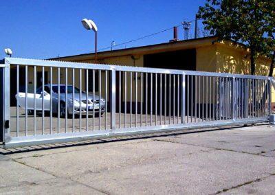 brána posuvná nesená hliníková průmyslová s brankou a výstražným majákem 02