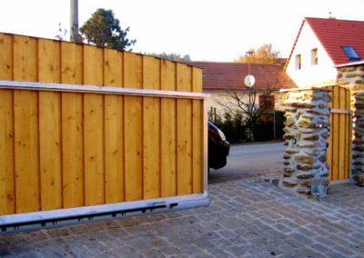 brána posuvná nesená hliníková s dřevěnou výplní 02