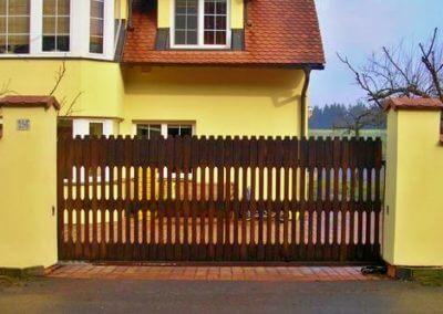 Brána posuvná nesená hliníková s dřevěnou výplní avýstražným majákem