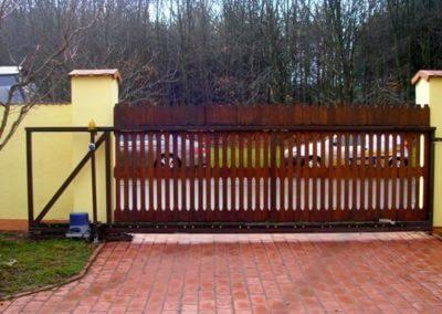 Brána posuvná nesená hliníková s dřevěnou výplní a výstražným majákem