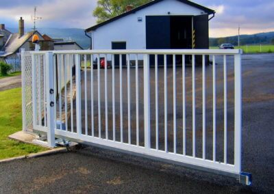 Brána posuvná nesená ocelová průmyslová protiběžná s výstražním majákem