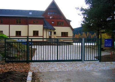 Brána posuvná nesená ocelová s brankou 02