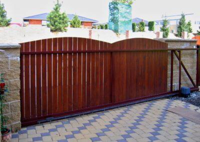 Brána posuvná nesená ocelová s dřevěnou výplní 02