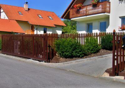 Brána posuvná nesená ocelová s dřevěnou výplní a výstražnými majáky