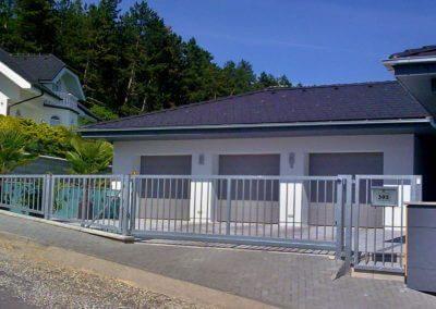 brána posuvná nesená pozinkovaná s brankou a výstražným majákem