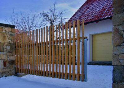 brána posuvná nesená pozinkovaná s dřevěnou výplní