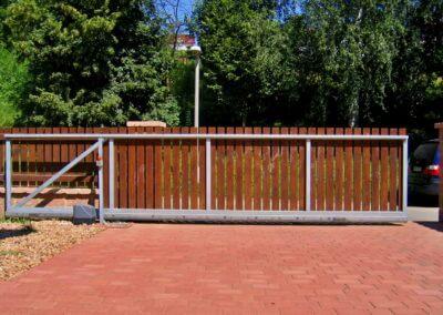 brána posuvná nesená pozinkovaná s dřevěnou výplní a výstražným majákem