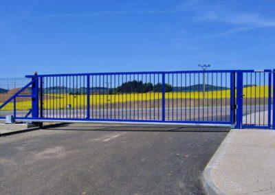 brána posuvná nesená průmyslová ocelová s brankou a výstražným majákem 02