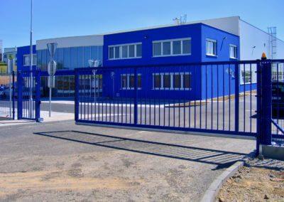 brána posuvná nesená průmyslová ocelová s brankou a výstražným majákem