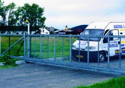brána posuvná nesená průmyslová pozinkovaná s výstražným majákem