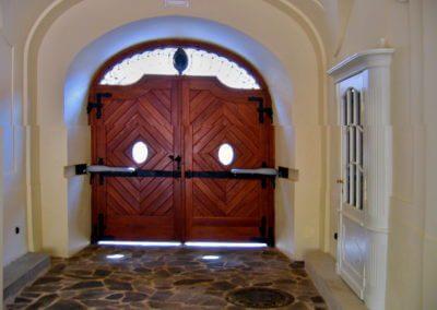 Brána dvoukřídlá vjezdová dřevěná s elektrickým pohonem