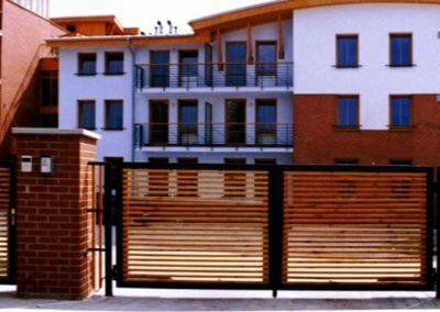 Brána dvoukřídlá vjezdová hliníková s dřevenou výplní a elektrickým pohonem a brankou