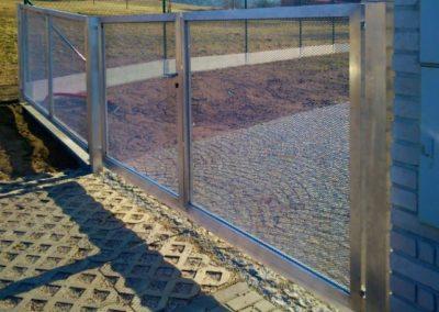 Brána dvoukřídlá vjezdová hliníková s manuální aretací 02