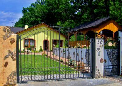 Brána dvoukřídlá vjezdová ocelová s manuální aretací a brankou