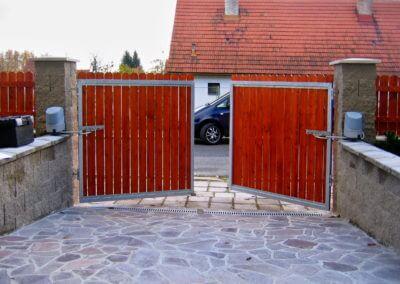 Brána dvoukřídlá vjezdová pozinkovaná s elektrickým pohonem a dřevěnou výplní