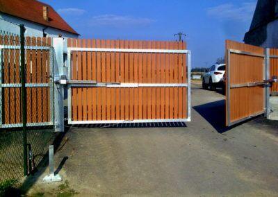 Brána dvoukřídlá vjezdová pozinkovaná s elektrickým pohonem s dřevěnou výplní