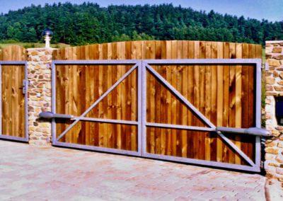 Brána dvoukřídlá vjezdová pozinkovaná s elektrickým pohonem s dřevěnou výplní a brankou 02