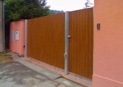 Brána dvoukřídlá vjezdová pozinkovaná s elektrickým pohonem s dřevěnou výplní a brankou