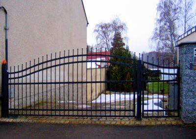 Brána jednokřídlá vjezdová ocelová s elektronickým pohonem s výstražným majákem a brankou