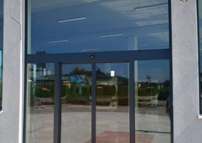 Dveře automatické lineární centrální hliníková stěna (2)