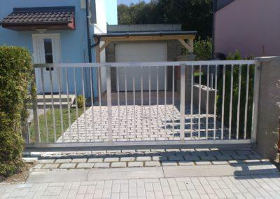 Posuvná nesená brána hliníková s výplní svislou