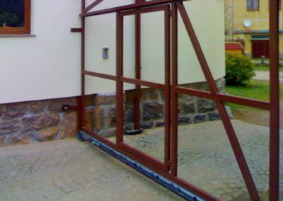 brána posuvná nesená ocelová s brankou
