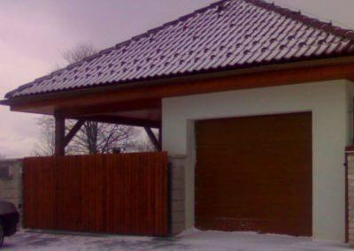 brána posuvná nesená ocelová s dřevěnou výplní