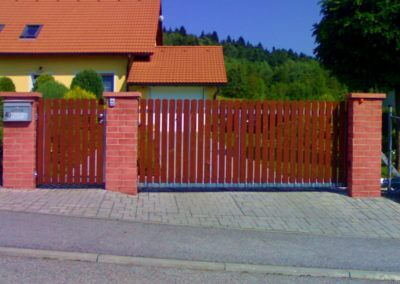 brána posuvná nesená pozinkovaná s plastovou výplní a výstražným majákem