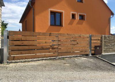 27-Brána dvoukřídlá hliníková s dřevěnou výplní