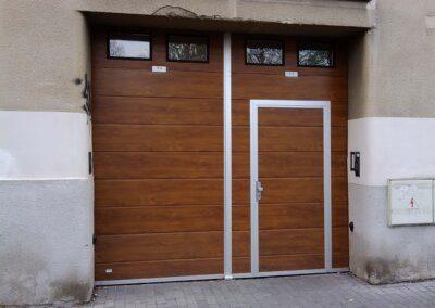 Křídlová garážová vrata s dveřmi