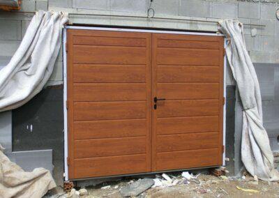 Křídlová garážová vrata Hormann zlatý dub, drážka M
