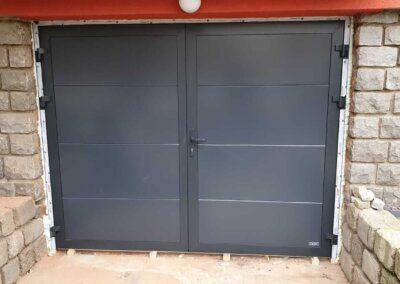 Šedá dvoukřídlá garážová vrata antracit 7016