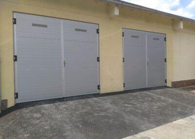 Stříbrná garážová dvoukřídlová vrata